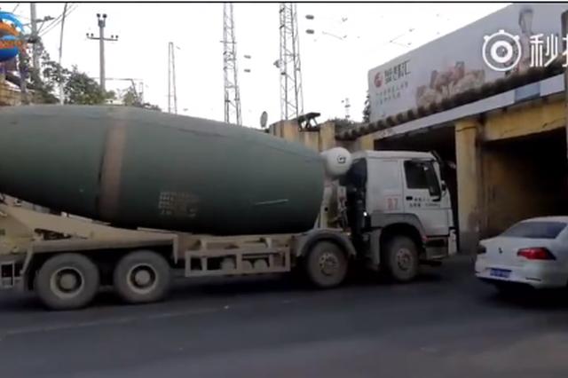 郑州早高峰二环支路铁路涵洞一水泥罐车被卡