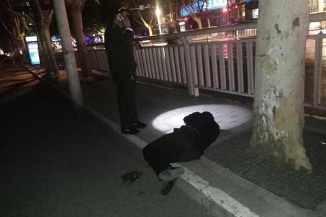 郑州男子手握两部手机醉倒街头 热心人送其回家