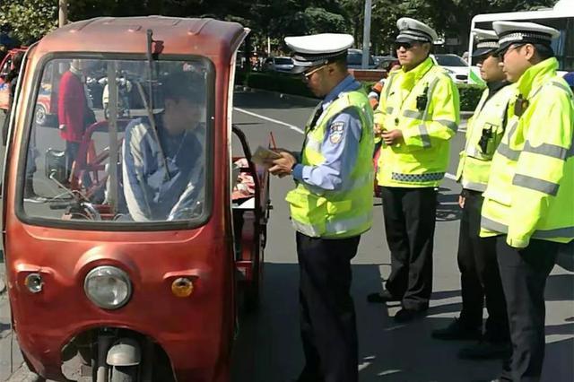 焦作交警严查三轮车、四轮车交通违法 并进行曝光