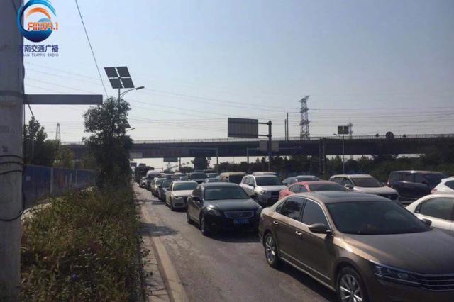 郑州南四环路口施工车难行 交警建议绕行高速