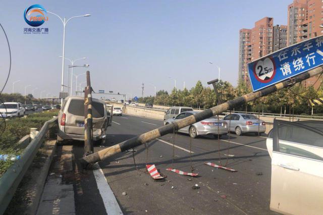郑州街头两车事故拽倒限高杆 道路堵车严重