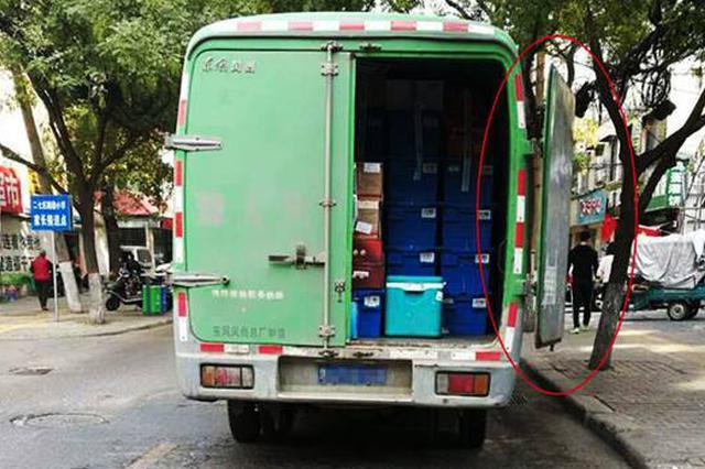 郑州一行驶中货车后门突然甩开 骑电动车男子被挂倒