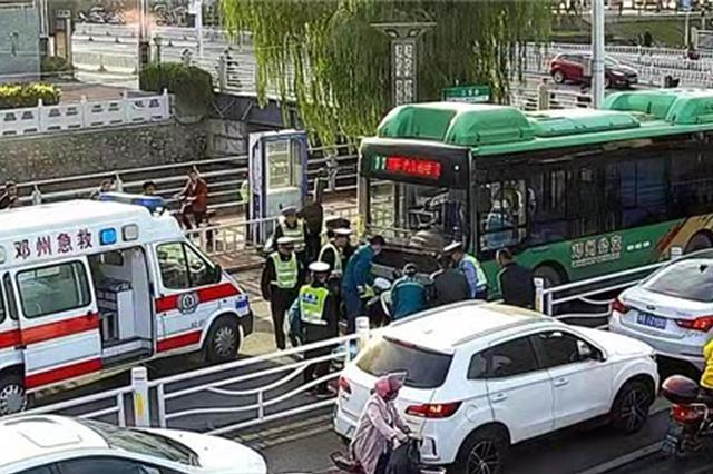 老人被卷入车底 邓州交警群众街头上演感人一幕