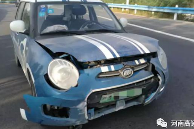 郑州一共享汽车高速上爆胎 失控旋转180度车头被撞烂