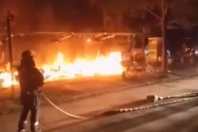 郑州一小区晚上充电桩着火 10多辆电动车烧成渣