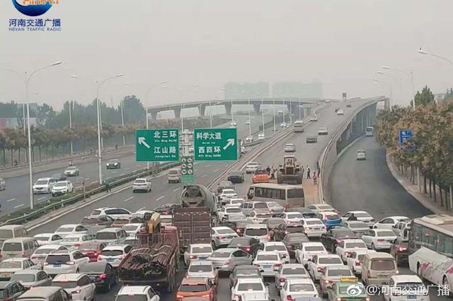 清晨郑州西三环车辆侧翻 目前现场基本清理完毕