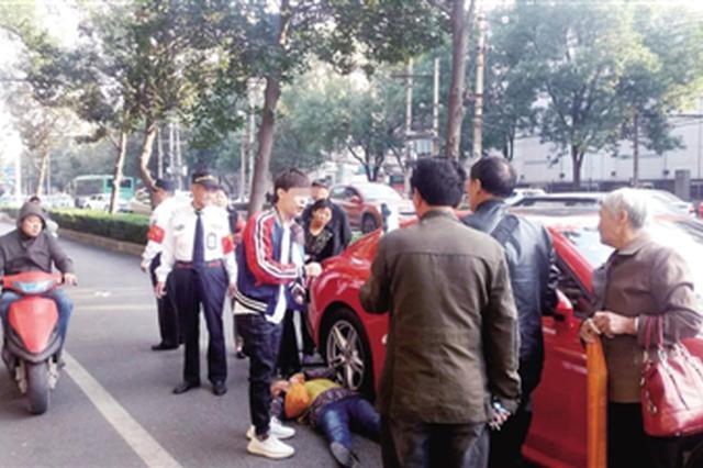 郑州老太碰瓷豪车 被路人合力抬走 网友:干得漂亮