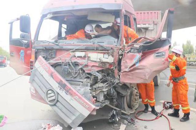 郑州一货车发生交通事故 司机被困驾驶室