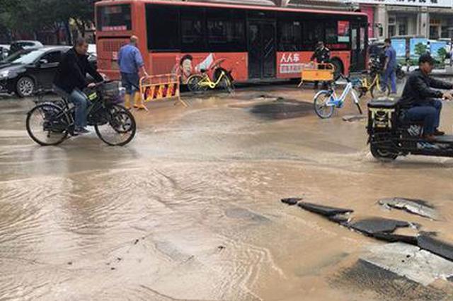 郑州一路面被黄泥水覆盖 三处冒水路面凸起