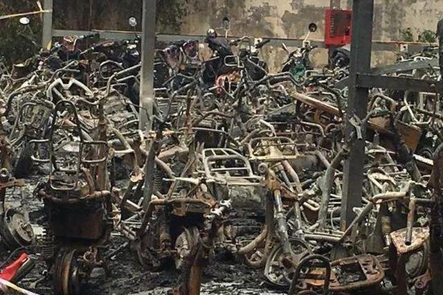 郑州小区近百辆电动车被烧毁 三条消防通道两条被堵