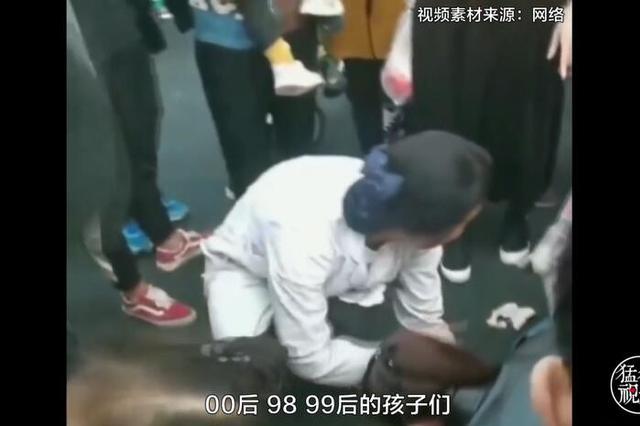 商丘老人疑似被车剐蹭街头晕厥 女大学生跪地施救