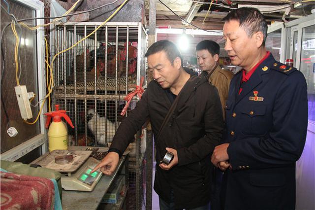 """郑州工商突击检查水产市场 """"黑心店""""二斤鱼竟少一半"""