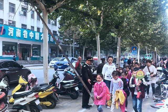 """放学路上7米长钢管挡道2年 成郑州街头""""最烦人""""路障"""