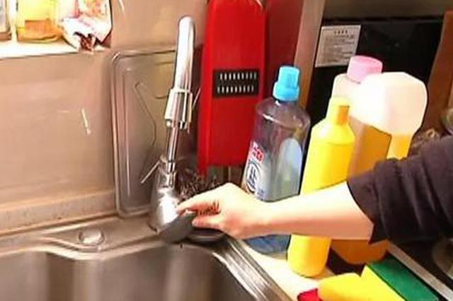 郑州女子意外弄坏档杆 物业索赔八百不给就停水?