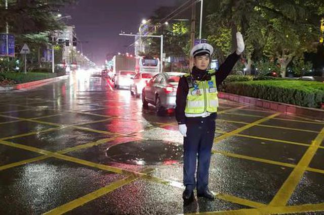 风雨中郑州交警为你守护平安 保驾护航