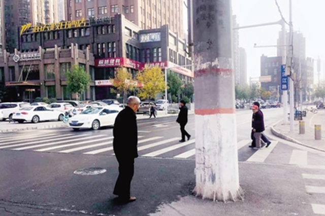 记者探访郑州街头:电线杆占道 过街通道不便