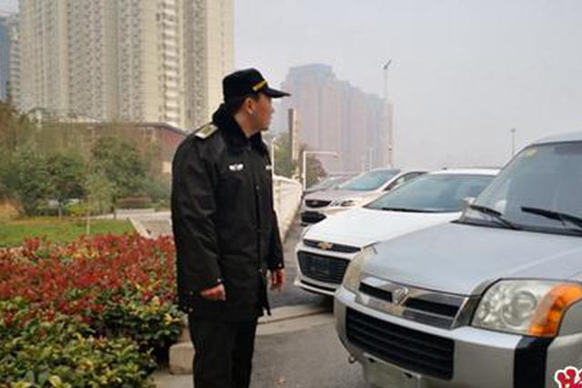 郑州多辆轿车停在桥头 为避交警贴条摘下前后牌