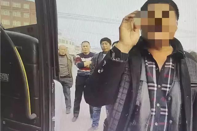漯河至西华客车上 一乘客拽拉挡杆抢夺方向盘被刑拘