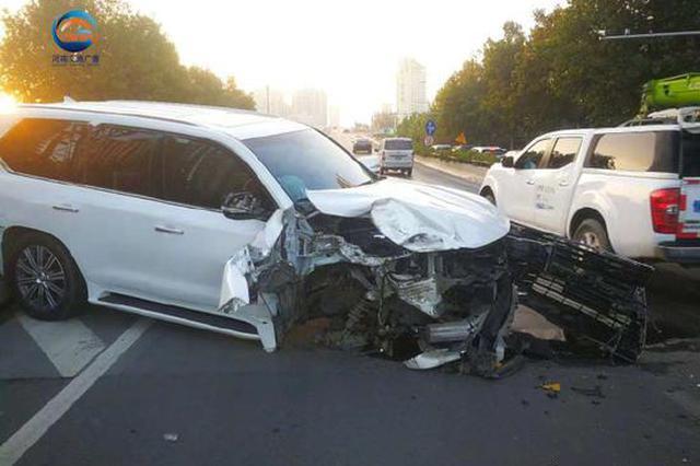 郑州一轿车撞隔离墩损毁严重 车轮嵌入路标杆拔不出