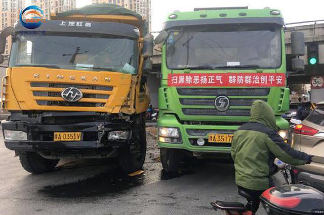 """郑州街头两个""""变形金刚""""相撞:你让开!我不让!"""