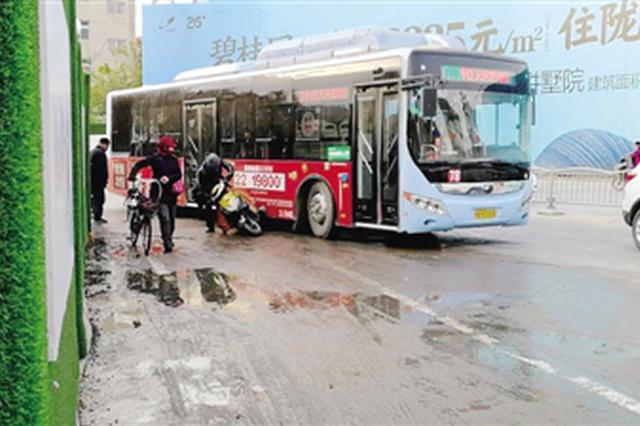 大冷天郑州工地洒喷淋路面结冰带 撂翻了不少人
