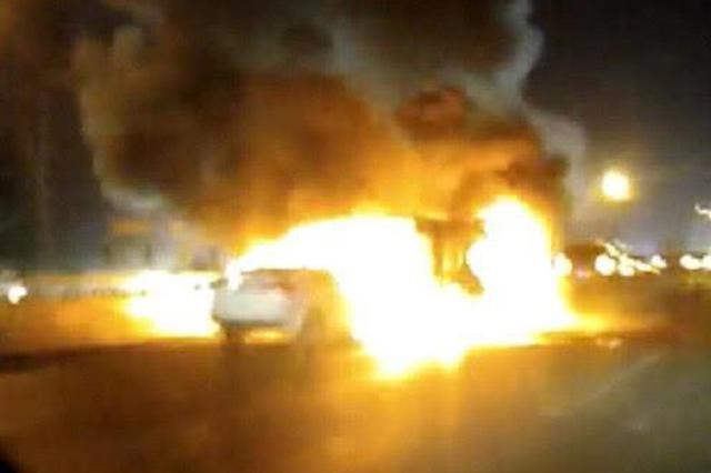 河南高速发生多车事故 现场3车起火燃烧