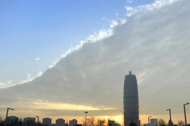 组图:郑州现天象奇观 白云如巨毯覆盖半边天