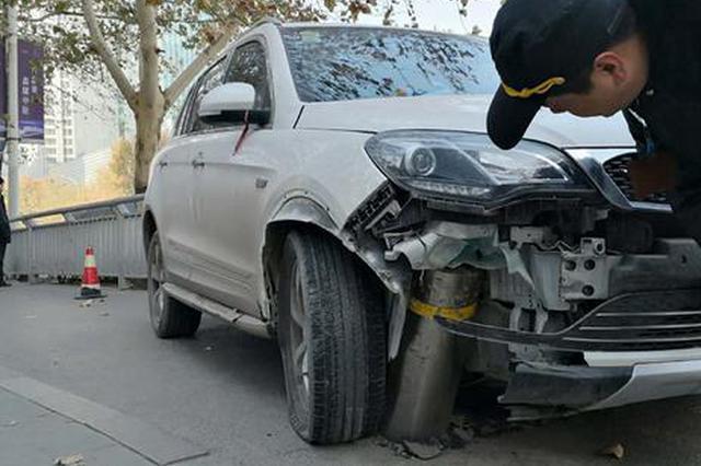 郑州一越野车开进非机动车道 卡在隔离桩间动弹不得