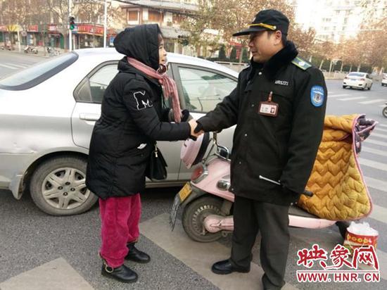 郑州女子闯红灯剐蹭轿车 司机因其家庭困难放弃索赔