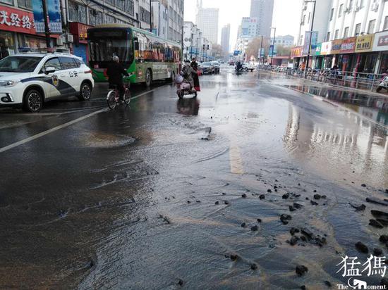 快车道地下自来水突然爆管 郑州这条街交通因抢修中断