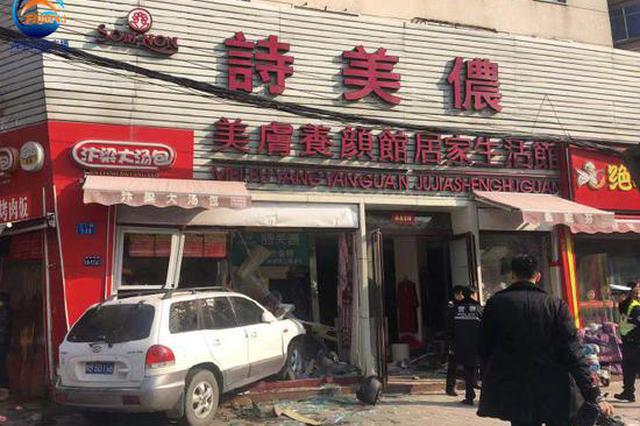 郑州一越野车冲入沿街商铺 造成1人死亡8人受伤