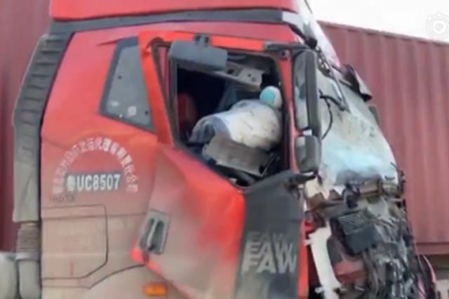 """公交""""亲""""上大货车 玻璃碎散落一地十几名人员受伤"""