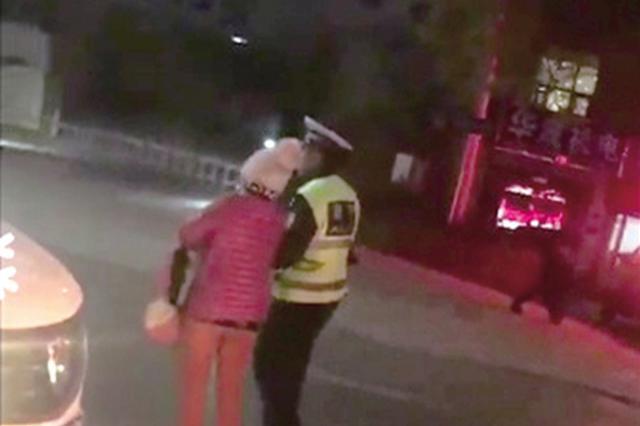 郑州交警护送老人过马路 小小举动被市民拍下感动朋友圈