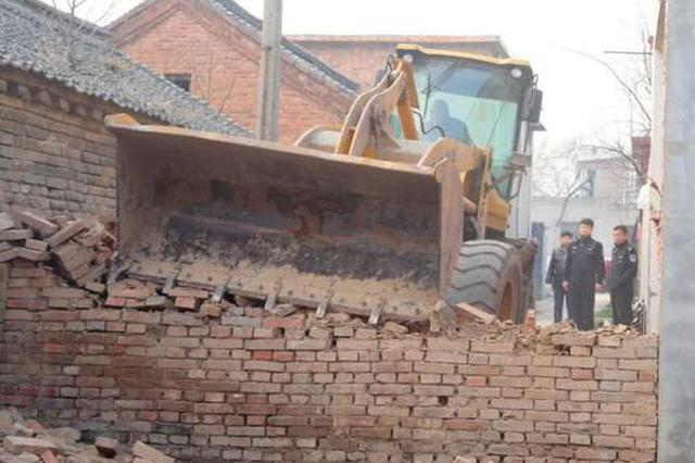 延津邻居三人起纠纷路上建砖墙 法院上门拆除
