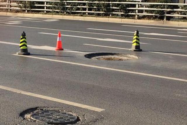郑州一窨井盖施工未放警示牌 轿车碾压后当场爆胎