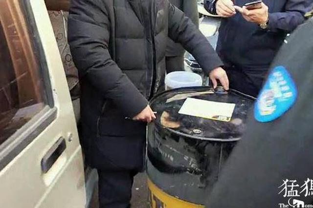 """郑州街头乱停面包车竟拉出""""大油罐"""" 惊呆市民"""