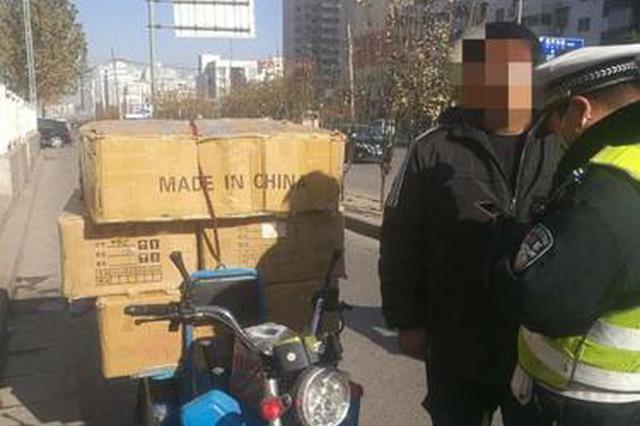 郑州交警查电动车违章 车主竟是在逃人员