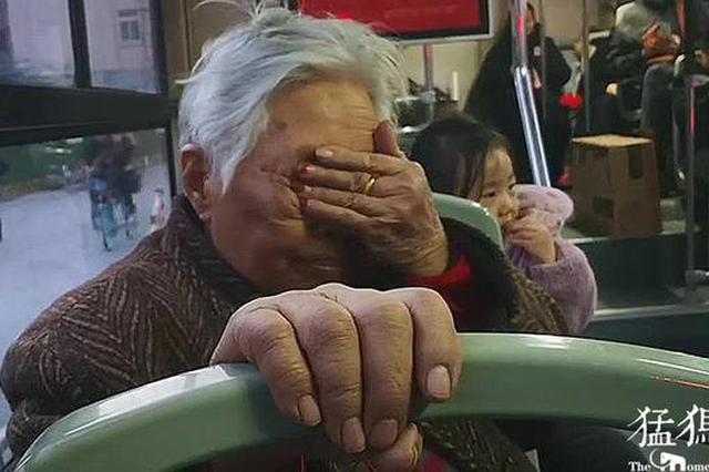 郑州85岁老人坐公交被感动 只因车长温馨的小举动