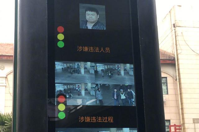 """炫彩夺目!全省首个""""人工智能斑马线""""亮相郑州街头"""