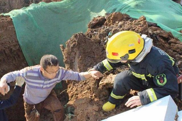 工地坑道塌方一人被埋 漯河消防13分钟成功救援