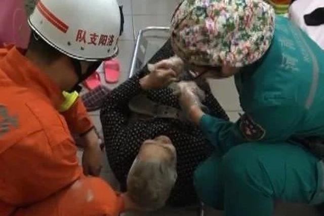 洛阳老人打扫卫生开窗坠楼受伤 消防员紧急营救
