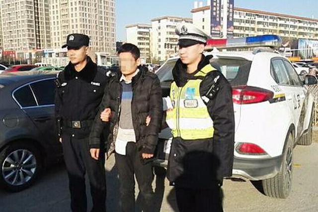 """执勤""""偶遇""""在逃嫌犯 郑州交警巧妙应对将其抓获"""