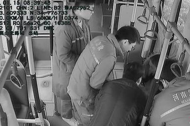 郑州孕妇公交车内晕倒 车长乘客一起守护