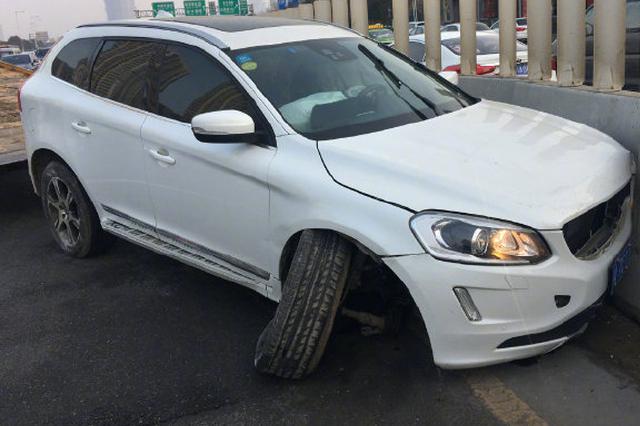 郑州中州大道一辆suv撞上隔离墩 驾驶员弃车离开