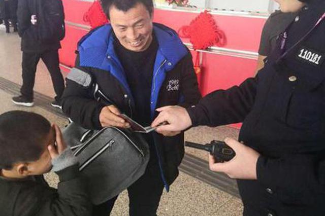 男孩在郑州机场负气出走 交警15分钟帮其找到家长