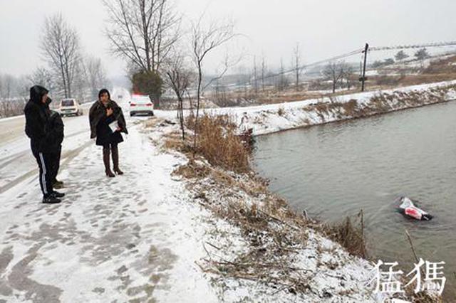 雪天一轿车滑入池塘 信阳男子钻入刺骨水中救人