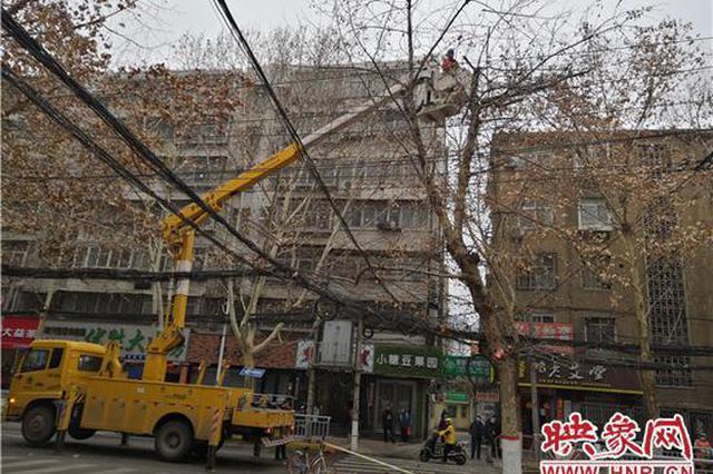 郑州街头一高压线起火 积极抢修后恢复正常供电