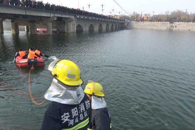 安阳一男子跳河轻生 消防队员冰冷河水中紧急施救