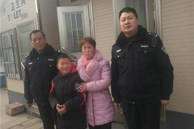 小男孩独自上公厕被困 邓州民警紧急施救