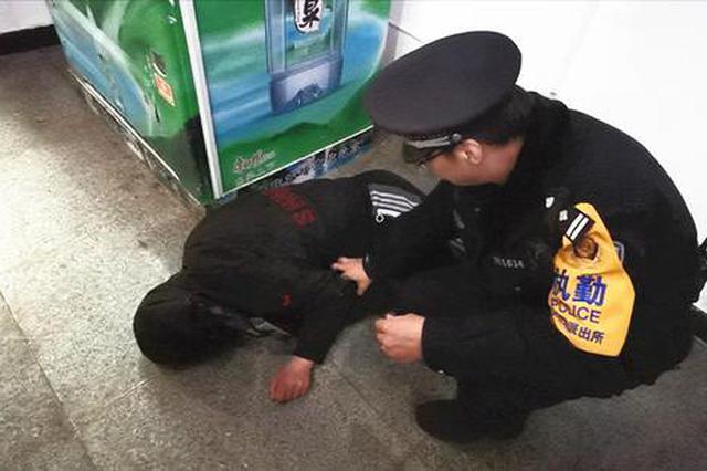 郑州男子躺候车厅地上怎么叫都不醒 竟是因为这